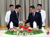 [TF포토] 남북통일농구 환송만찬, '건배하는 조명균과 최휘'