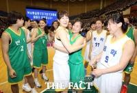 [TF포토] 남북 통일농구대회 폐막...'뜨거운 포옹'을 나누는 선수들'