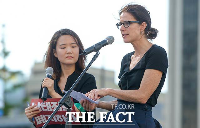 발언하는 NGO 단체 파도 위의 여성들 설립자 레베카 곰퍼츠 씨(오른쪽)