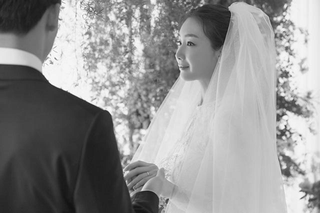 최지우는 그의 일반인 남편과 함께 지난 3월 29일 웨딩 마치를 올려 팬들의 큰 축하를 받았다. /YG엔터테인먼트 제공