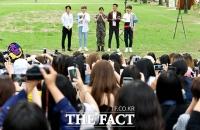 [TF사진관] 려욱, '슈주 멤버와 팬들의 축하 속 행복한 전역'