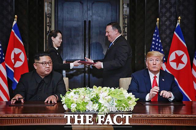 최근 북·미 간 비핵화 후속 협상에서 종전선언이 변수로 떠올랐다. 사진은 지난 6월 12일 싱가포르에서 김정은 위원장(왼쪽)과 트럼프 대통령이 북미정상회담 공동합의문 서명식 후 소감을 밝히는 모습. /싱가포르 통신정보부