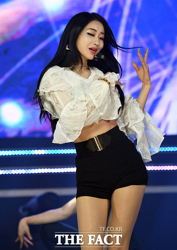 가수 경리가 11일 오후 경기도 고양시 일산 MBC 드림센터에서 열린 MBC 뮤직 '쇼챔피언' 생방송 현장공개에서 화려한 공연을 펼치고 있다. /이새롬 기자