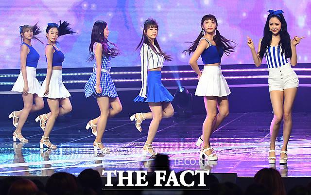 걸그룹 에이핑크가 11일 오후 경기도 고양시 일산 MBC 드림센터에서 열린 MBC 뮤직 '쇼챔피언' 생방송 현장공개에서 화려한 공연을 펼치고 있다. /이새롬 기자
