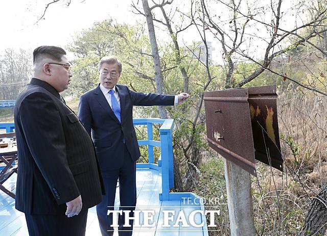 북한은 지난 6~7일 이뤄진 북미 고위급 회담 이후 조기 종전선언을 공식 언급했다. 사진은 지난 4월 27일 문재인 대통령과 김정은 국무위원장이 판문점에서 도보다리 산책을 하는 모습./더팩트DB