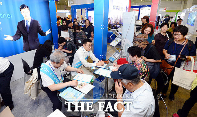 13일 오전 서울 강남구 삼성동 코엑스에서 열린 2018 부동산 엑스포를 찾은 관람객들이 투자에 관한 설명을 듣고 있다. /이선화 기자