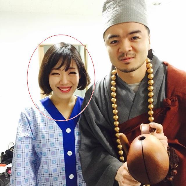 이하늘이 트로트 가수 윤수현 천태만상 뮤직비디오에 출연할 당시 가인으로 분장한 모습이다. 사진은 개그맨 김태환(오른쪽)이 한가인으로 착각해 함께 찍자고 부탁해 깜짝 포즈. /쇼당이엔티