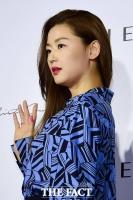 [TF포토] 전지현, '가로수길 달구는 여신 미모'