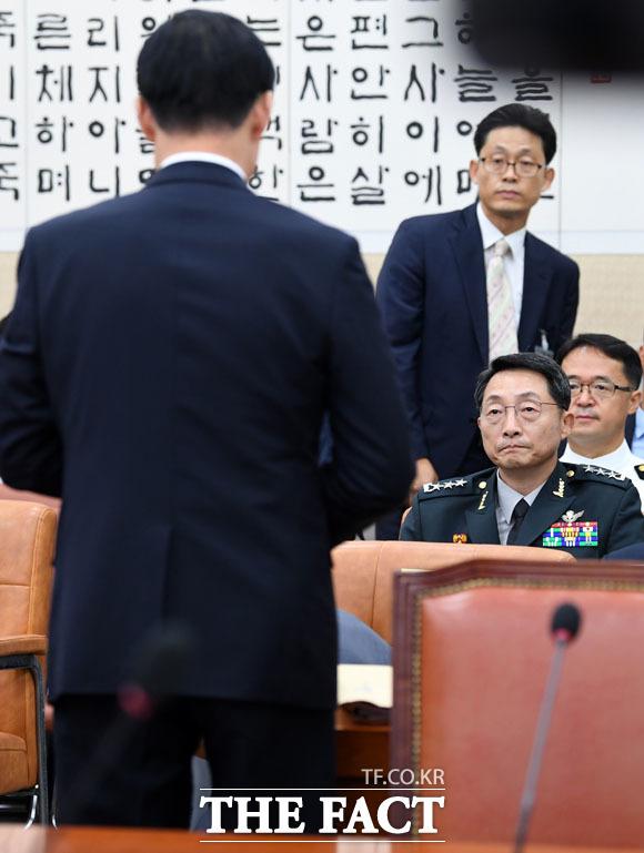 송영무 장관 바라보는 이석구 기무사령관