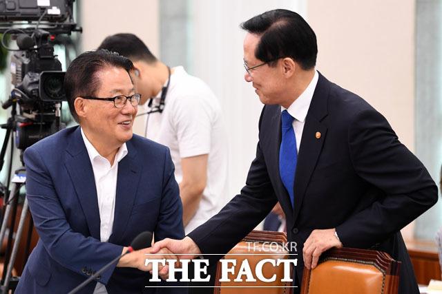 법사위 전체회의에 출석해 박지원 의원과 악수 나누는 송영무 국방부 장관