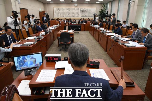 의사봉 두드리는 여상규 법제사법위원장
