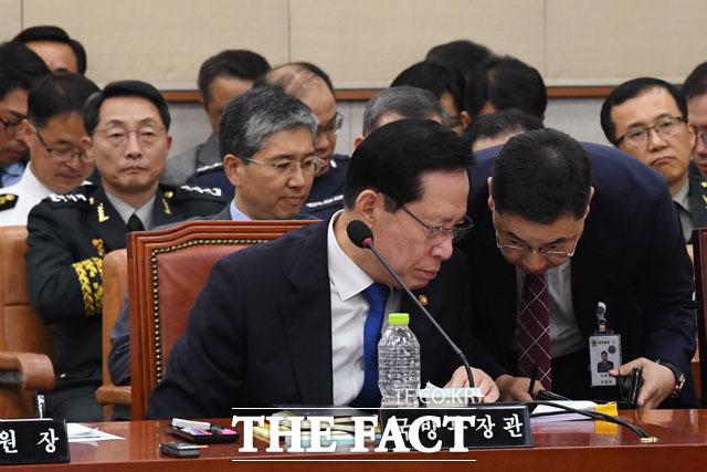 국방부 직원과 대화하는 송 장관