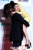 [TF사진관] '미녀 아나운서 번쩍 들어올린 이영자'