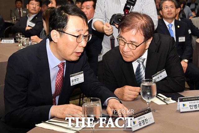윤영찬 청와대 국민소통 수석과 대화 나누는 민병욱 한국언론진흥재단 이사장