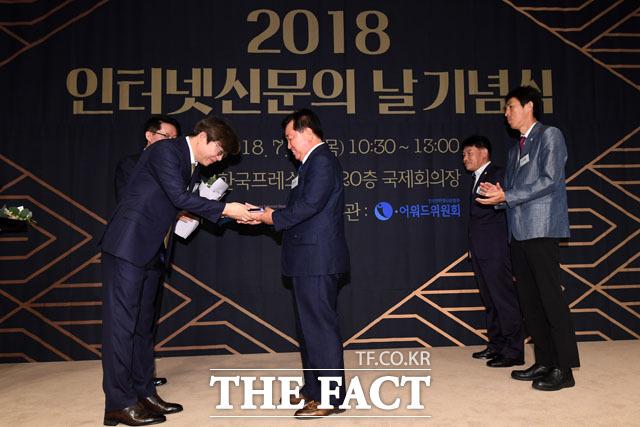인터넷 언론상 매체부문 수상사 대표들이 이근영 한국인터넷신문협회장에게 상패를 전달받고 있다. 수상 매체는 말산업저널, 소비자가만드는신문, 시사위크