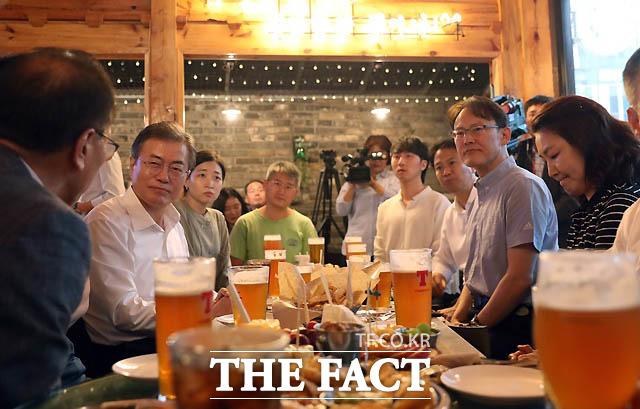 문재인 대통령이 서울 광화문 인근 호프집을 깜짝 방문해 국민들의 고충을 들으며 맥주를 마시고 있다./ 청와대 제공