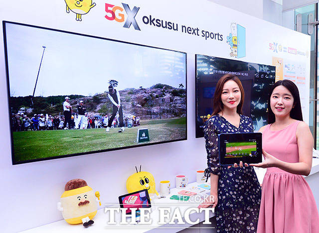 7일 오전 서울 중구 SK텔레콤 빌딩에서 열린 SK브로드밴드 미디어사업 전략 및 신규 서비스 출시행사에서 모델들이 B tv의 고객 맞춤형 신규서비스를 선보이고 있다. /이동률 기자