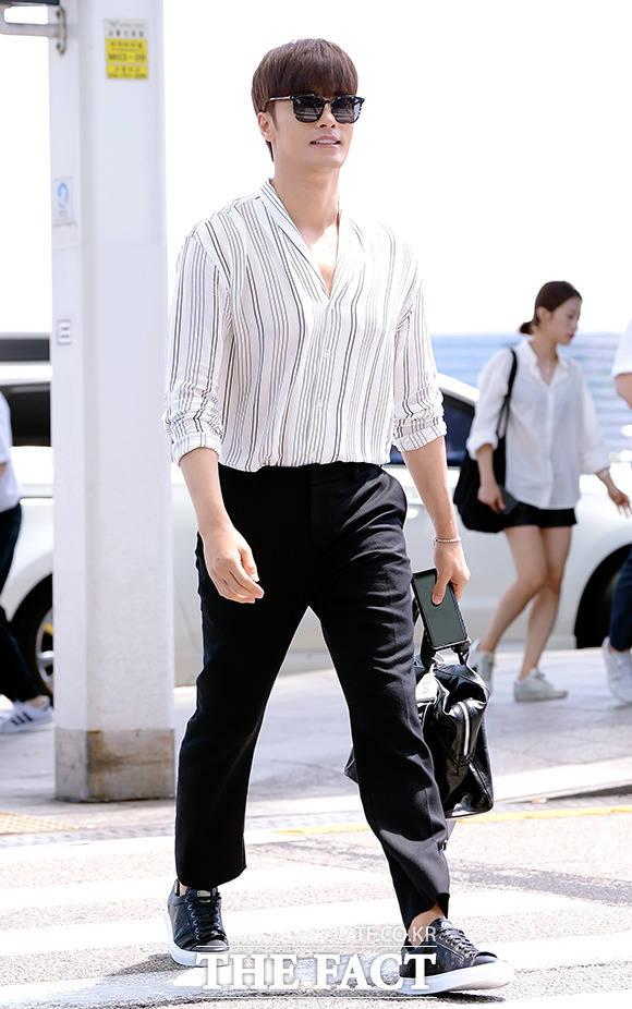 배우 성훈이 10일 오후 해외 팬미팅에 참석하기 위해 인천 운서구 인천국제공항 제1여객터미널에서 일본 오사카로 출국하고 있다. /이선화 기자