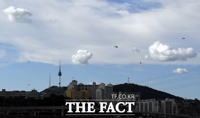 입추 이후에도 불볕더위가 계속되는 10일 오후 서울 반포 한강공원 위로 가을을 반기는 파란 하늘에 구름이 드리워져 있다. /이새롬 기자