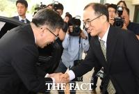 [TF포토] 문무일 검찰총장 만난 민갑룡 경찰청장
