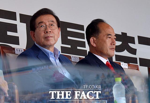박원순 서울시장(왼쪽)과 봉원익 조선교육문화직업동맹 중앙위원장
