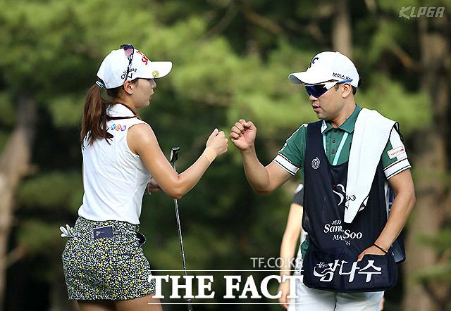 김자영이 13번홀 성공 후 캐디와 기뻐하고 있다.