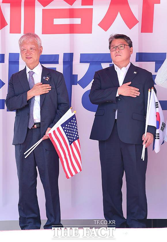 국기에 경례하는 조원진 당대표(오른쪽)와 서석구 변호사