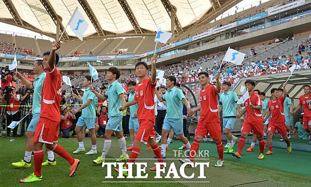 경기장으로 들어서는 남북 노동자 선수들