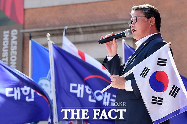 대한애국당이 주관하는 제74차 태극기 집회가 11일 오후 서울 중구 서울역 광장에서 열린 가운데 조원진 당대표가 인사말을 하고 있다. /남용희 기자