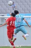 [TF포토] 남북노동자통일축구대회, '하나된 점프!'