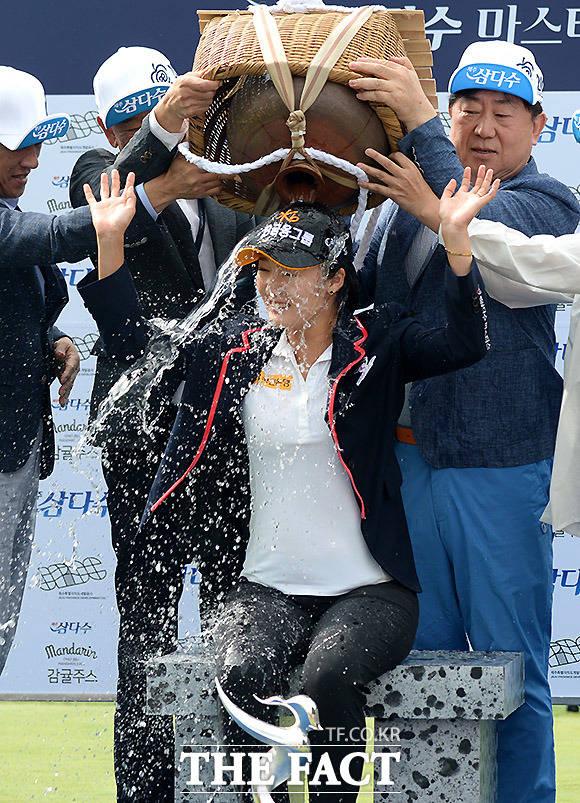한국여자프로골프(KLPGA)투어 삼다수마스터스 마지막 라운드가 11일 제주도 오라컨트리클럽에서 열린 가운데 우승을 한 오지현이 물허벅(제주도 여인들이 물을 긷는 데 쓰는 물동이) 세리머니를 받고 있다./이효균 기자