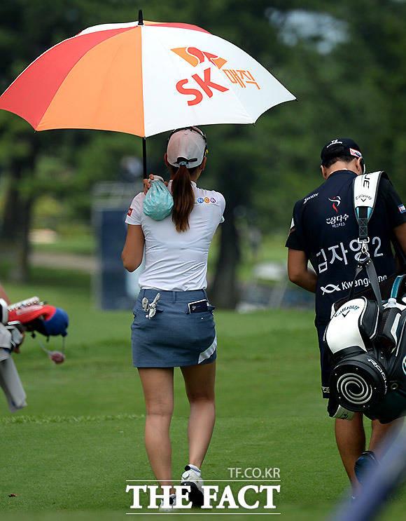 11번홀에서 티샷을 한 김자영2가 얼음팩을 어깨에 대고 이동하고 있다.