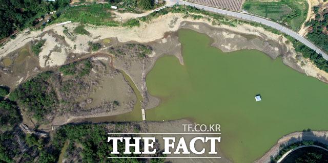 폭염과 가뭄으로 인해 수위가 줄고 있는 중흥저수지.