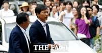 [TF포토] '비서 성폭행' 안희정, 야유받으며 1심 선고 출석