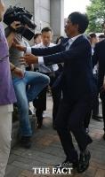 [TF포토] 1심 무죄, '아수라장 속 취재진 부축하는 안희정'