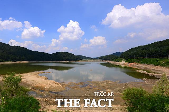경기도 안성에 위치한 마둔저수지가 폭염으로 인해 수위가 줄어들고 있다. /안성=남용희 기자