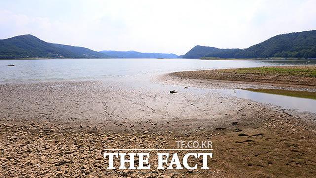 경기도 용인에 위치한 이동저수지 역시 폭염과 가뭄으로 인해 수위가 줄어들고 있다. /용인=남용희 기자