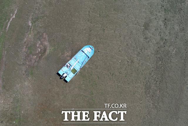 예당저수지에 정박해 있던 낚시배 부근이 말라 붙어 있다.