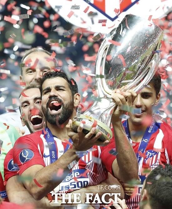 아틀레티코 마드리드의 디에구 코스타(가운데)가 16일(한국시간) 끝난 슈퍼컵에서 우승컵을 들어 올리며 기뻐하고 있다. /탈린(에스토니아)=AP. 뉴시스