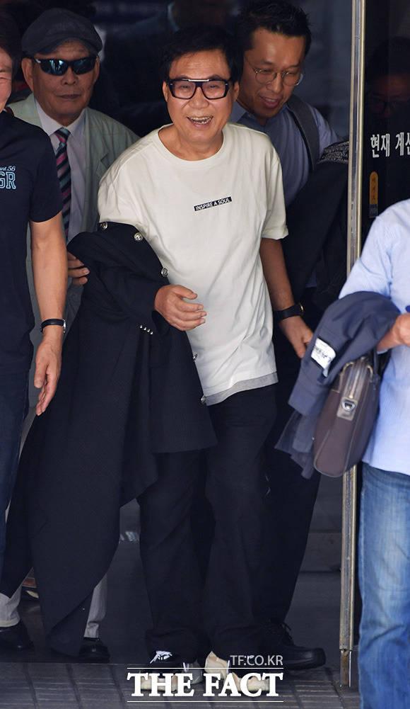 그림 대작 혐의를 받고 있는 가수 조영남이 17일 오후 서울 서초구 서울중앙지방법원에서 열린 사기 혐의 항소심 선고 공판을 마치고 법정을 나서고 있다. /이덕인 기자