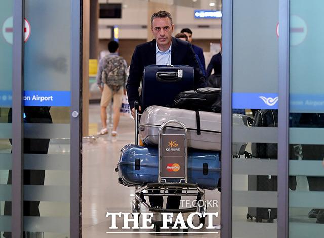한국 축구대표팀 사령탑에 선임된 포르투갈 출신 파울루 벤투 감독이 20일 오후 인천국제공항으로 입국하고 있다. /이덕인 기자