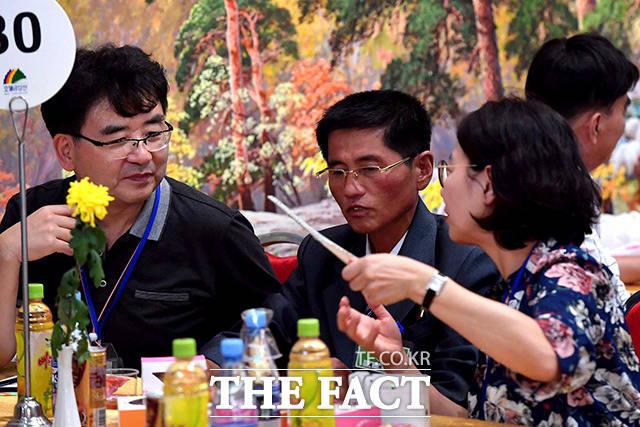 남측 민병현(82)씨의 북측 조카 채정렬(51)씨가 가족과 담소를 나누고 있다.