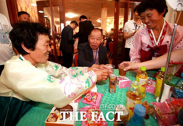 남측 황우석(89) 할아버지가 북측 딸 황영숙(71,왼쪽) 할머니와 함께 건배를 하고 있다.