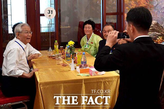남측 박갑일(79) 할아버지 가족이 기념 촬영을 하고 있다.