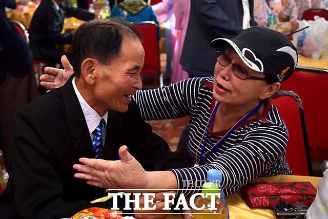 남측 김혜자(75) 할머니와 북측 조카 김성일(43) 가족이 즐거운 시간을 보내고 있다.