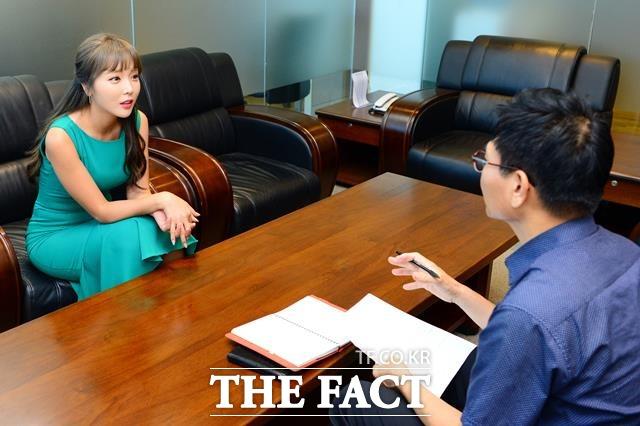 애교의 대명사 가수 홍진영이 지난 24일 오후 서울 상암동 <더팩트> 사옥에서 인터뷰하고 있다. /남용희 기자