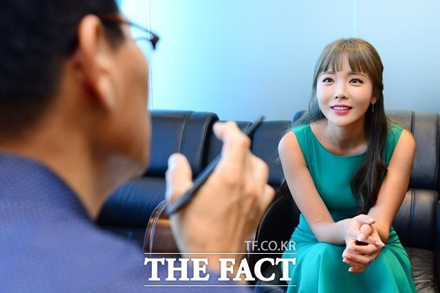 서울 상암동 더팩트 사옥에서 가진 인터뷰에서 홍진영은 끊임없이 일을 벌이고 매달리는 스타일이라며 열정을 쏟아내는 비결을 밝혔다. /남용희 기자