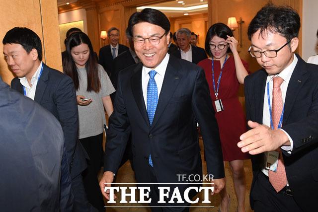 24일 오후 서울 강남구 대치동 포스코센터에서 열린 한국철강협회 임시총회에 참석한 최정우 포스코 회장(가운데)이 총회를 마치고 회의장을 나서고 있다./남윤호 기자