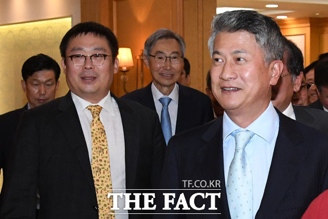 박훈 휴스틸 대표(왼쪽)와 장세욱 동국제강그룹 부회장이 총회를 마친 후 미소짓고 있다
