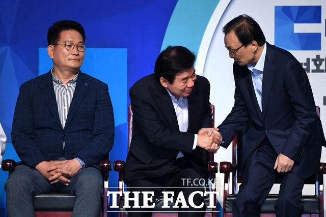 당 대표로 선출된 이해찬 신임 대표(오른쪽)